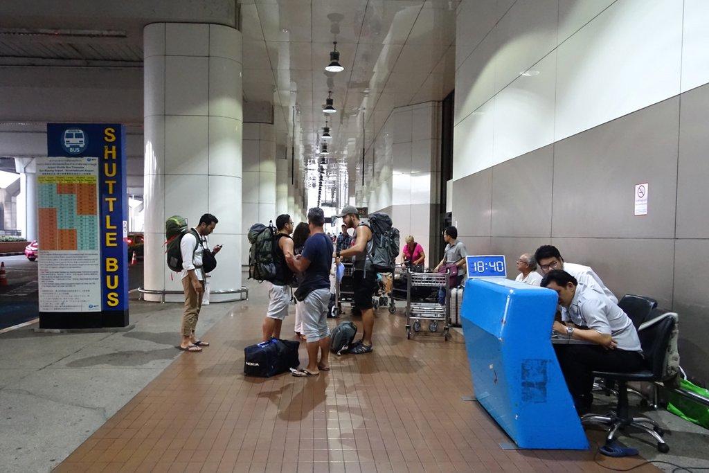 Остановка Suttle Bus при выходе из аэропорта Don Mueng