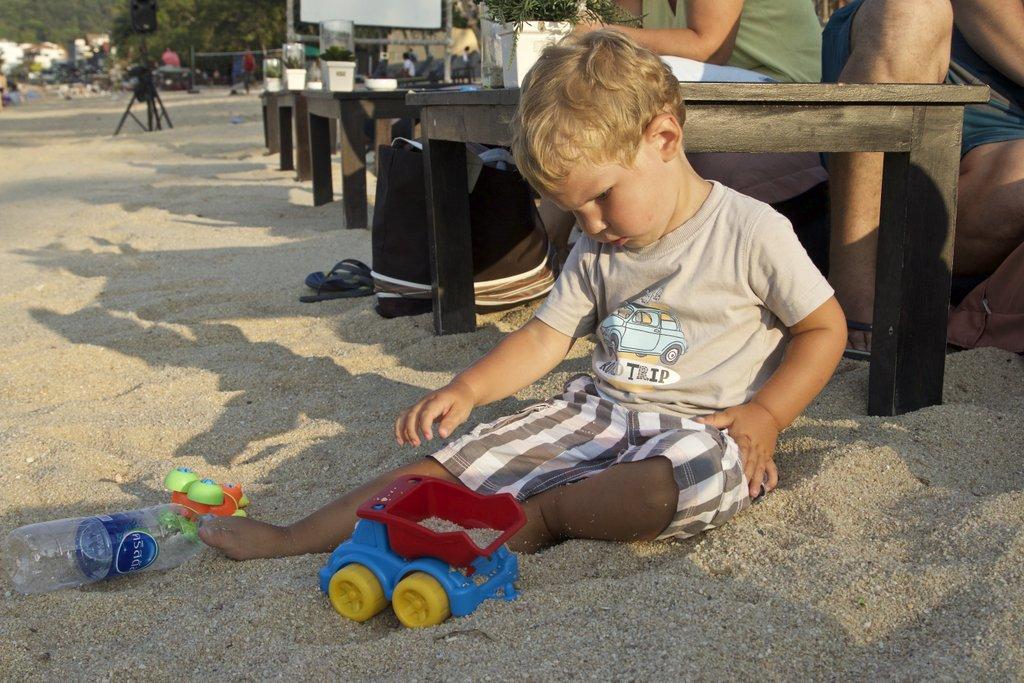 Coconut bar: Матвей играет в песке